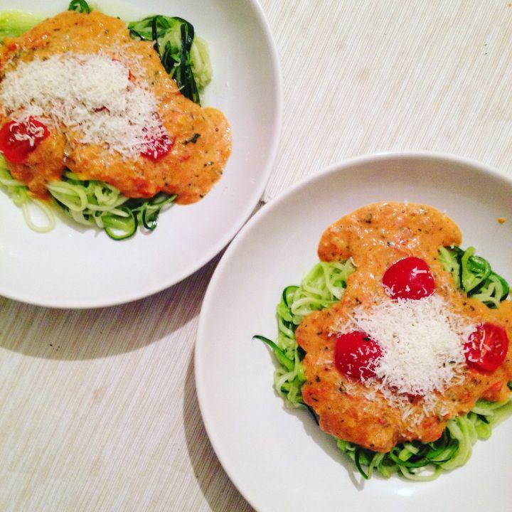 Courgettenoedels met romige geroosterde tomatensaus