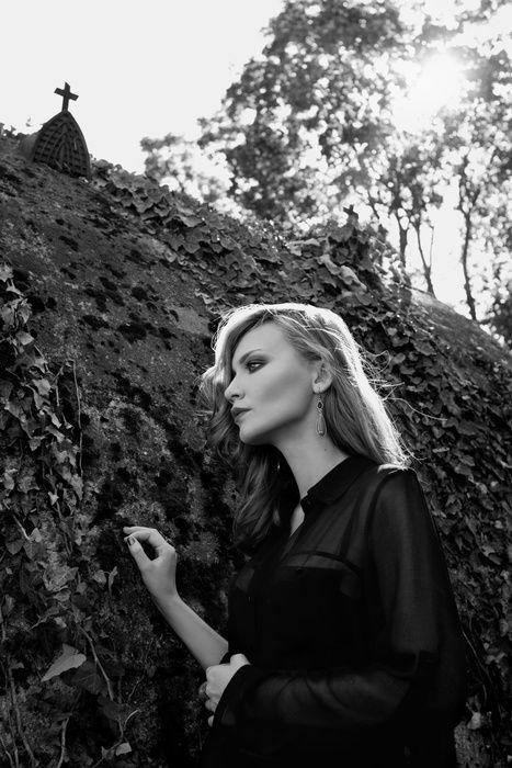 Photography & Retouching: Oana Parache. Model: Andreea Lupescu. MUA: Malvina Isfan. #oanaparache #andreeaverde #model #shoot #cemetery #dark #blackdress #abandoned #bellu #bookcover #creative #portraiture #lonely #inlove