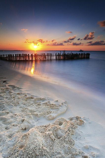 Sunset in Isla Mujeres, Mexico  (by Tom Stewart on Flickr)