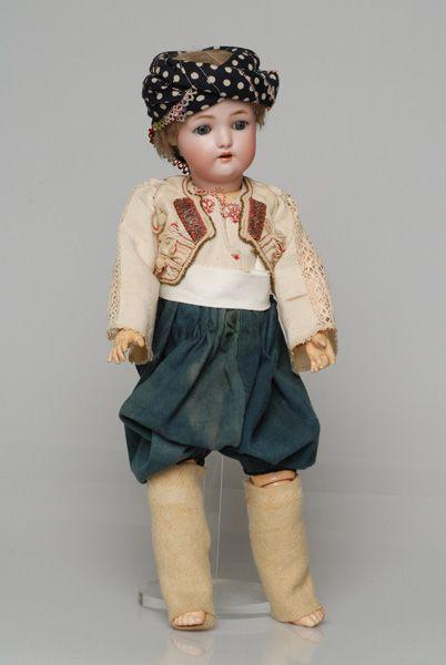 Πορσελάνινη κούκλα από τη συλλογή της βασίλισσας Όλγας ντυμένη με την ανδρική, τσοπάνικη φορεσιά της Σκύρου