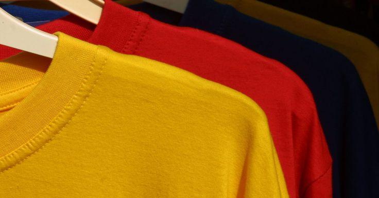 Como cortar a gola de uma camiseta. Recicle uma camiseta velha ou transforme camisetas sem graça em estilos mais modernos. Crie seu próprio modelo cortando a gola de uma camiseta de malha Jersey. A malha Jersey é feita de algodão ou uma mistura de algodão com fibras sintéticas para criar um tecido entrelaçado que não desfia quando cortado, perfeito para customização. Sua imaginação ...