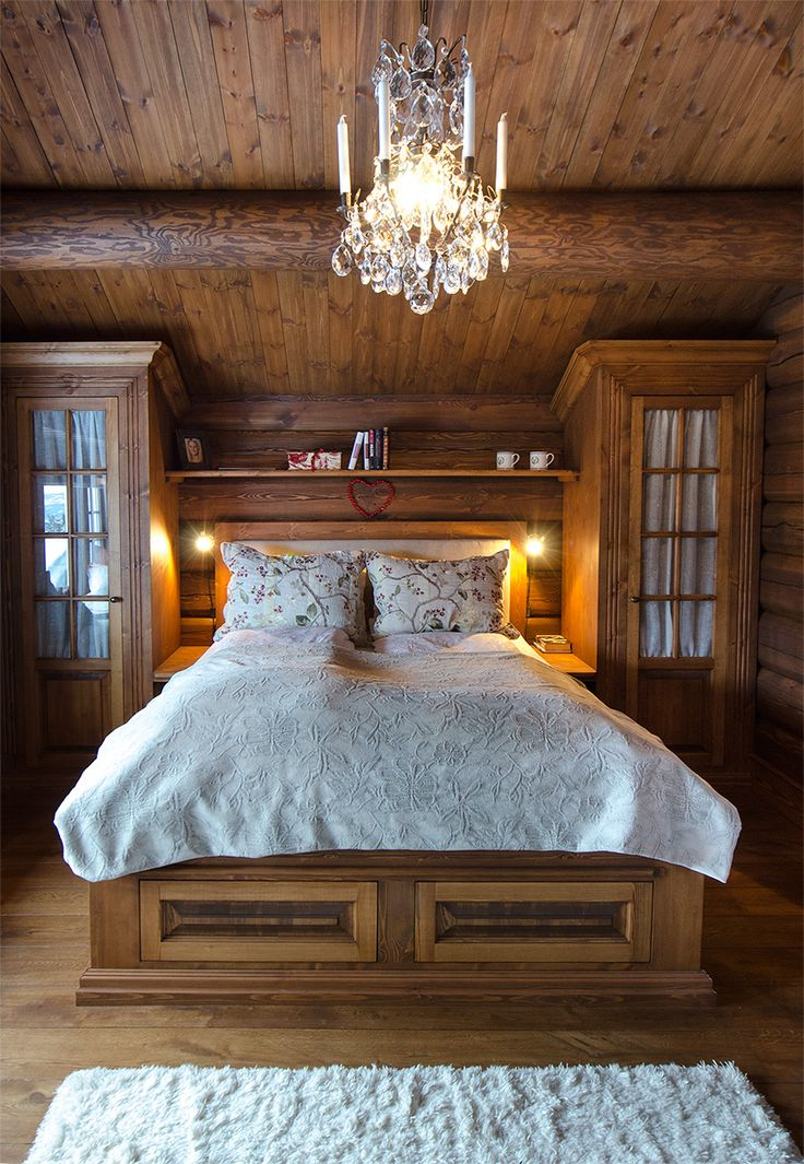 Stained bed from Os Trekultur at this cozy mountain lodge. Fitted from wall to wall, and with good storage.