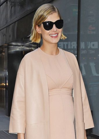 Rosamund Pike and the Surprising Versatility of Short Hair: Three Ways to Work a Chin-Length Bob – Vogue