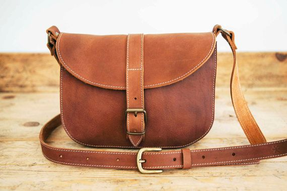 Leather messenger bag. Cowhide leather handbag Satchel style made in 100% vegetable tanned leather. Medium size. With compartment inside. Buckle closure.