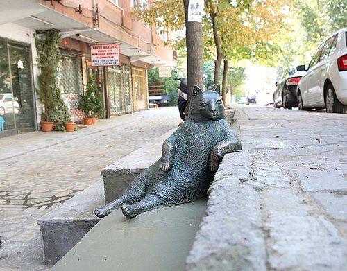 Tombili'nin heykeli bugün #dünyahayvanlarıkorumagünü açıldı