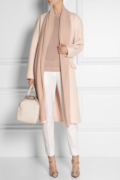 Witte broek met oudroze trui en nude jas