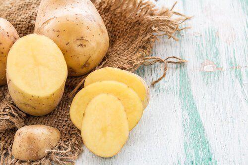 Nous allons vous présenter un remède naturel qui a pendant longtemps aidé les femmes à obtenir une chevelure belle et abondante : l'eau de peau de pomme de terre.