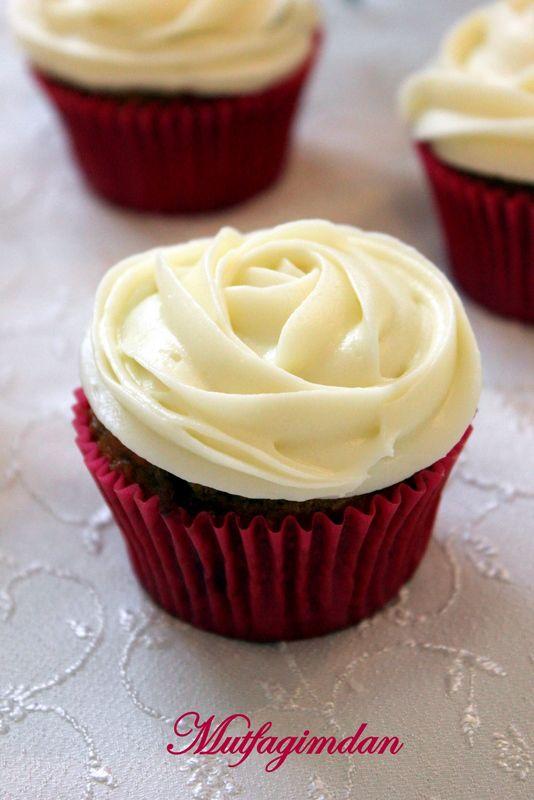 Uzun zamandir havuclu bir kek denemesi yapmak istiyordum. Tabii yine cupcake seklinde oldu benim kek :) Tarifi cafefernando' dan aldim. Gercekten cok guzel bir tarif. Inanilmaz lezzetli bir k…