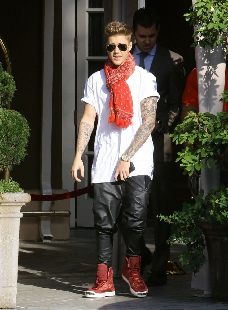 Video: Justin Bieber Meets Fans, Leaving The Four Seasons Hotel In California