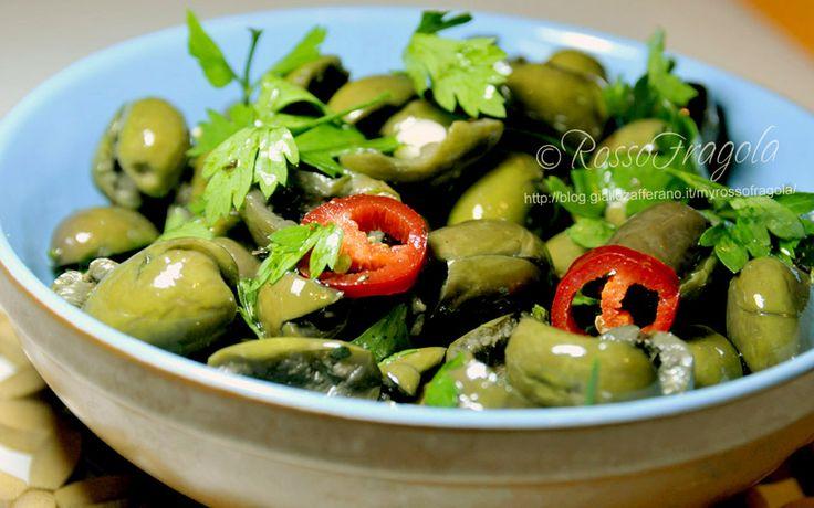 Ecco come si preparano le Olive verdi schiacciate e condite alla siciliana, dalla fase preliminare, al condimento e la loro conservazione...