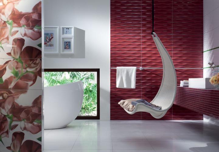 Hamak na środku łazienki dodaje odrobiny luzu i komfortu. fot. Tubądzin (kolekcja Colour Carmine)