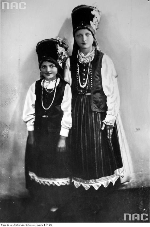 Girls from the region of Kurpie Zielone, Poland, 1935. Archival image via NAC.