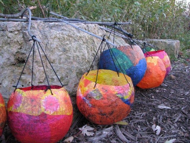 Bunte Ballon-Laternen aus Kleisterpapier.