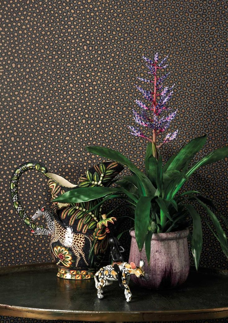 This distinctive Senzo Spot Wallpaper by Cole & Son forms part of the new charming and stylish Ardmore collection.  Inspired by the charmingly naive patterning of giraffe spots