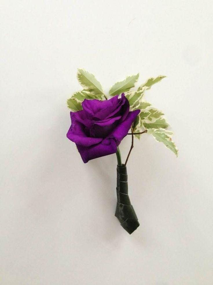 Фиолетовая свадьба. Бутоньерка жениху. Розы, лизиантус/эустома