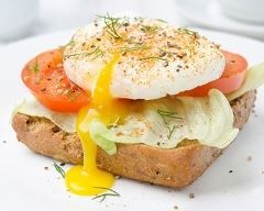 Toast express de crudités à l'œuf poché