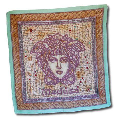 Luxusná ručne maľovaná hodvábna šatka GREEN MEDUSA. Na šatke sa nachádza umelecká maľba starogréckej mytologickej bytosti Medúzy. Medúza bola jediná smrteľná z trojice Gorgón (medúz), obludných dcér boha Forkysa a jeho manželky Kéty. http://bit.ly/1jRzKmj