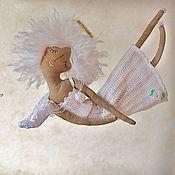 Купить или заказать 'Ангелица-розочка' - авторская кофейная куколка. в интернет-магазине на Ярмарке Мастеров. Светлая-присветлая, сонная-присонная, нежная куколка с цветком в руках - у ее белой розы лепестки как крылья птицы, сны, как тихая музыка, чистая душа и очень доброе сердце.. ВНИМАНИЕ, УВАЖАЕМЫЕ МОИ ПОКУПАТЕЛИ! ДАННУЮ РАБОТУ Я НЕ СМОГУ ПОВТОРИТЬ В ТОЧНОСТИ КАК НА ФОТО! Некоторые ткани и кружева могут немного отличаться по фактуре и тисненому рисунку, кружева могут быть другими, но…