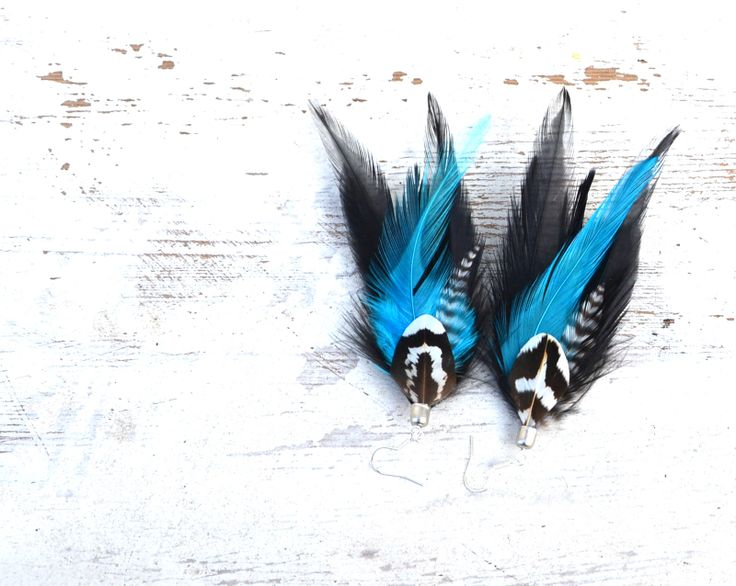 Modré divošky Velikost 10 x 5 cm. Vzhledem k použitému materiálu je potřeba s náušnicemi zacházet šetrně, nedoporučuje se běhat s péřovou ozdobou za vydatného lijáku...vlastně by nejlépe nemělo pršet vůbec. Lézt s peřím do vany také není úplně ono, zkrátka je třeba na ně dávat trochu pozor. Náušky uchovávejte na šperkovém stojánku, aby se co nejméně ...