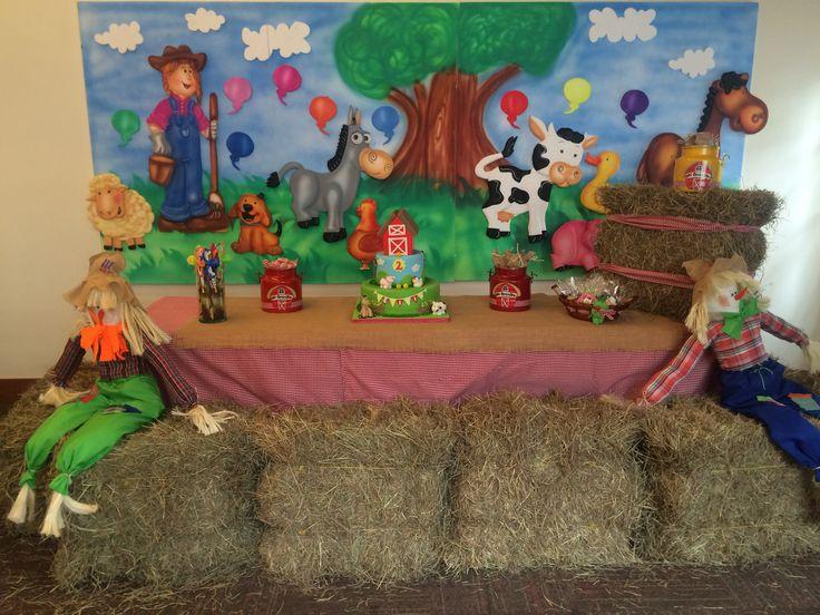 Mesa para la torta en fiestas de granja.
