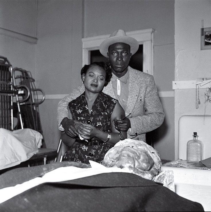 Τον Αύγουστο του 1955, ο Εμετ Τιλ, ένας μαύρος έφηβος φλέρταρε με μία λευκή γυναίκα έξω από ένα σούπερμαρκετ στο Σικάγο. Τέσσερις μέρες μετά, ο σύζυγος της γυναίκας και ο αδερφός του, άρπαξαν τον δεκατετράχρονο από το σπίτι του θείου του, τον χτύπησαν, τον πυροβόλησαν, του έδεσαν συρματόσχοινο και ένα μεταλλικό ανεμιστήρα γύρω από τον λαιμό και τον πέταξαν στον ποταμό Ταλαχάτσι. Οι λευκοί ένορκοι αθώωσαν τους κατηγορούμενος, σε μια δίκη αστραπή. Η μητέρα του Τιλ κήδευσε τον γιο της σε…