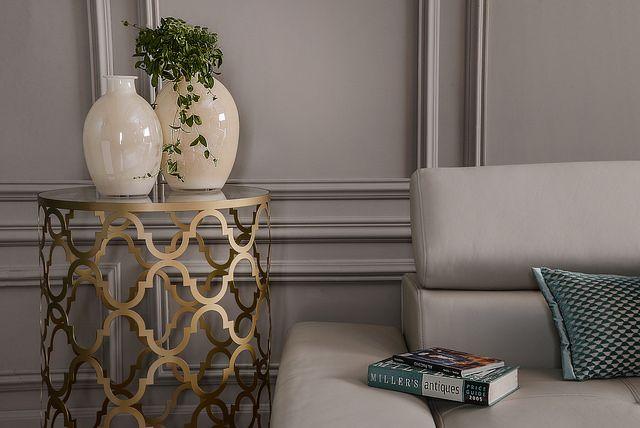 POMOCNIK Stylowy stolik będzie wyjątkowym elementem każdego wnętrza. Okazała podstawa zachwyci koneserów oryginalnych dodatków najwyższej jakości.