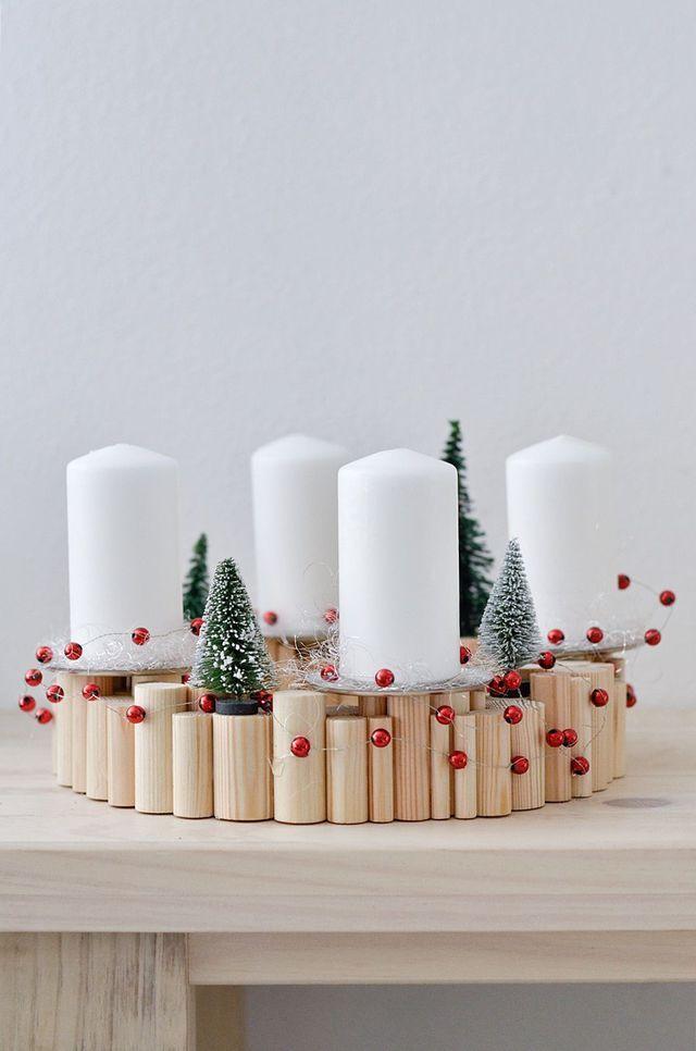 DIY déco de Noël : un centre de table pour Noël décoré de bougies.