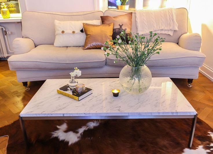 Vit 3-sits howardsoffa Lejonet. Howarsd, soffa, mässing, vardagsrum, inredning, möbler. http://sweef.se/soffor/88-lejonet-soffa-howard-svangd.html