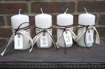 Adventssiffror att hänga runt ljuset tryckta på vit träetikett.