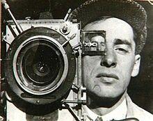 Em1929, Vertov lançou aquele que foi o mais revolucionário e experimental de seus filmes: o homem da câmara de filmar(Tchelovek s kinoapparatom). Silencioso e rico em imagens daUnião Soviéticasob os mais diversos ângulos, a obra de Vertov pretendia desvelar os segredos do cinema, da técnica e da linguagem cinematográfica. Esse filme representou o rompimento definitivo entre o cinema de Vertov com aliteraturae oteatro.