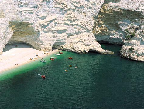 Spiaggia di Vignanotica, tra Mattinata e Vieste. Un paradiso di acqua cristallina e scogliera abbacinante.