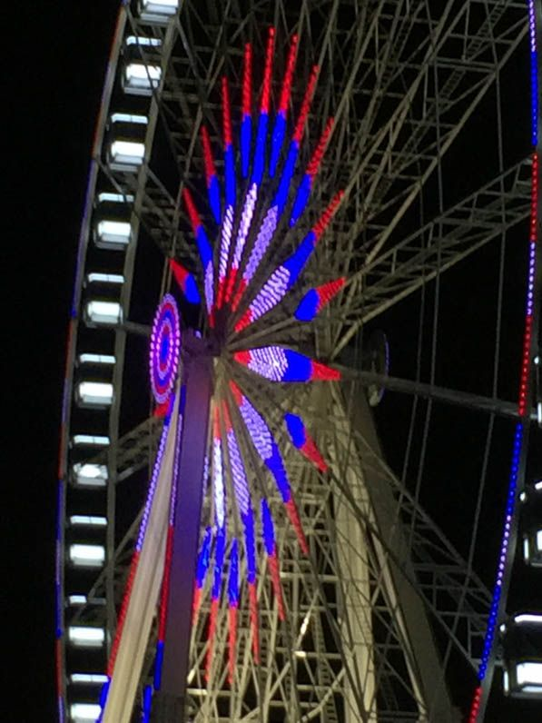 La grande roue en bleu, blanc et rouge http://www.pariscotejardin.fr/2015/11/la-grande-roue-en-bleu-blanc-et-rouge/