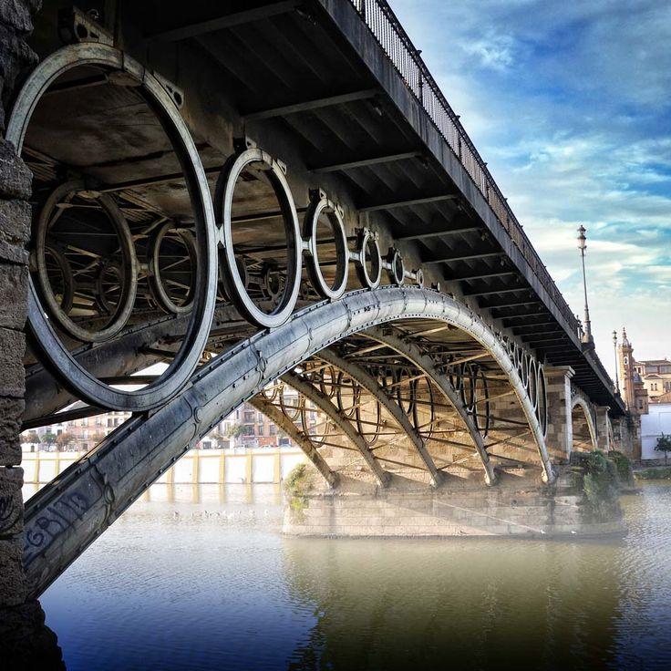 Puente de Triana sobre el río Guadalquivir en Sevilla. Triana's bridge over the Guadalquivir river in Seville.