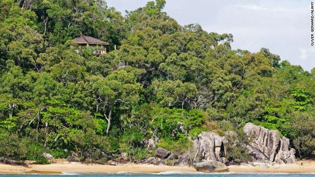 Hinchinbrook Island Resort (Hinchinbrook Island, Austrália)  Florestas exuberantes, montanhas e praia de areia grossa fazem parte de um parque nacional de 96 hectares. A única opção para se hospedar é o Island Resort. São 15 casas na árvore, com chãos e janelas de vidro, pequena cozinha, varanda e banheiro.