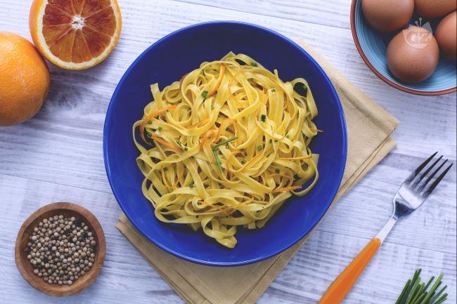 Le tagliatelle all'arancia sono un primo piatto molto aromatico e delicato condito con un sughetto a base di zeste d'arancia e tuorli!