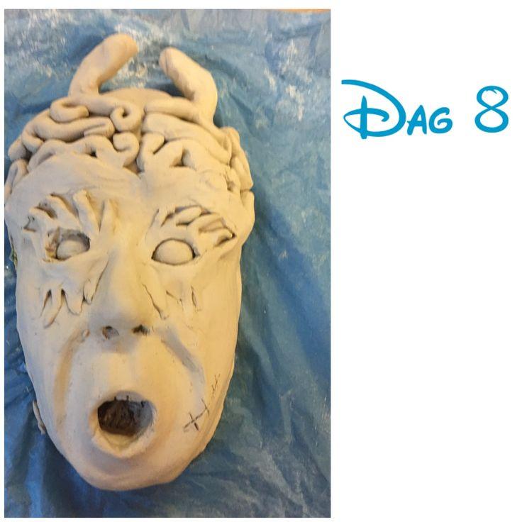 Dag 8: Vandaag heb ik de hersenen afgemaakt en heb ik de hersenen ook uit laten komen. Voor de duivelsoren heb ik een dikke worst gerold en daarna in vorm gemaakt van een oortje.