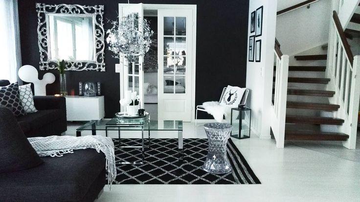 Black and white livingroom, Kartell Stone, Hay Hee Lounge and Eero Aarnio Design.