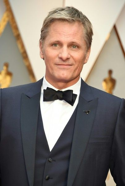 "Viggo Mortensen Photos Photos - Nominee for Best Actor ""Captain Fantastic"" Viggo Mortensen arrives on the red carpet for the 89th Oscars on February 26, 2017 in Hollywood, California.  / AFP / VALERIE MACON - 89th Annual Academy Awards - Arrivals"