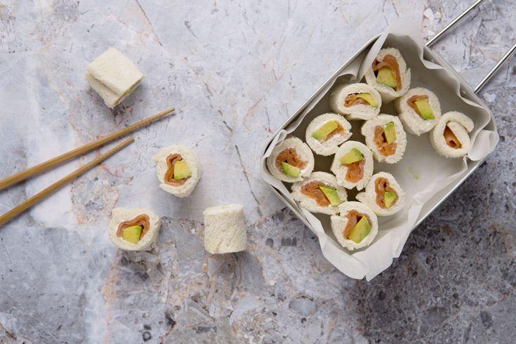 Deze verrassende sushi's zijn gemaakt van brood, zalm en avocado. Echte sandwich-hapjes dus! Lekker, origineel en poepsimpel klaar te maken.