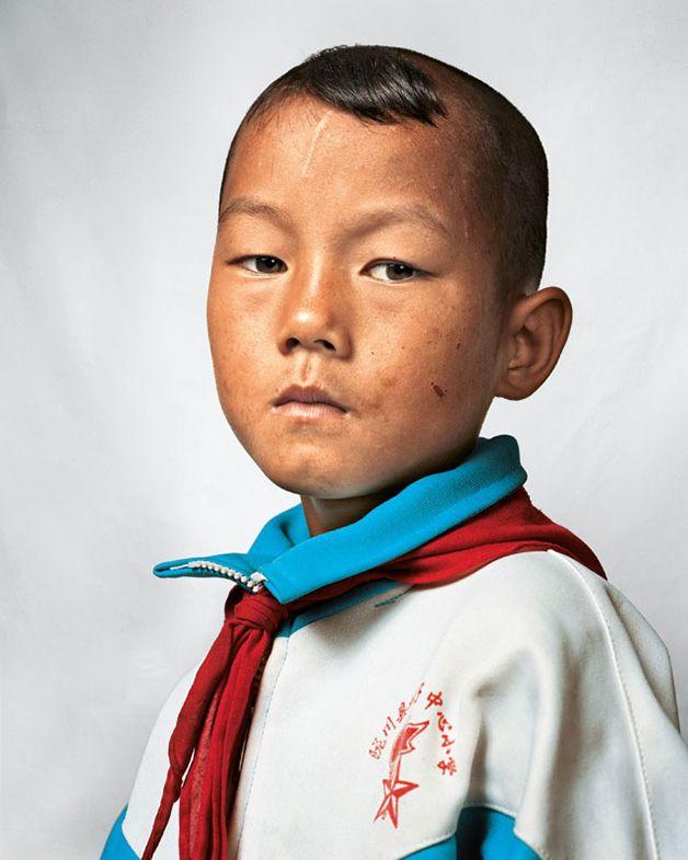 """Dong tem 9 anos e partilha o quarto com sua irmã e seus pais, em Yunnan, China. Foto do livro """"Where Children Sleep"""", do fotógrafo James Mollison."""