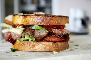 A hearty, awesomely tasty looking Roasted Garlic Steak Sandwich.Food Pictures, Roasted Tomatoes, Steak Sandwiches, Steaksandwich, Flank Steak, Lunches, Garlic Steak, Roasted Garlic, The Breads