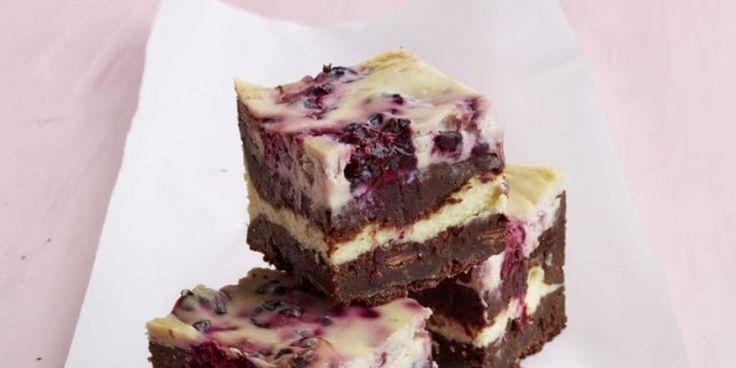 Bosbessen-blueberry cheesecake brownies | ELLE Eten