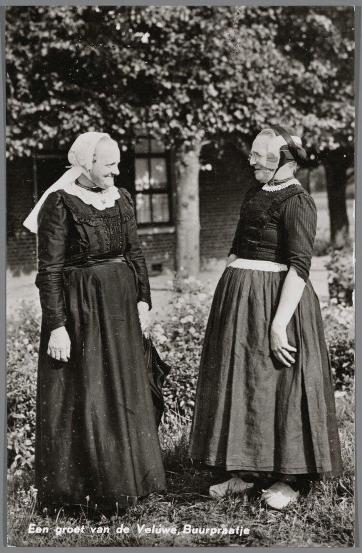 Twee oude dames in klederdracht