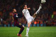 Gareth Bale del Real Madrid CF se extiende por el balón por delante de Jordi Alba de Barcelona durante el partido de Liga entre el FC Barcelona y el Real Madrid CF en el Camp Nou el 22 de marzo de 2015, de Barcelona, España.