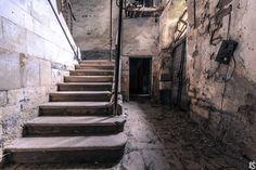 Dans un village endormi du Languedoc-Roussillon se trouve un vieil hôpital abandonné. Une exploration Urbex qui nous emmène dans une autre époque.  Plus de découvertes sur Souterrain-Lyon.com