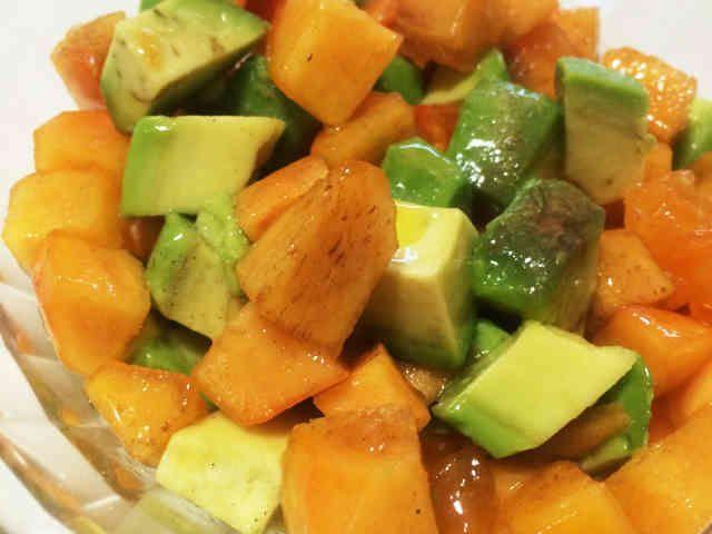 柿とアボカドのシンプルサラダの画像
