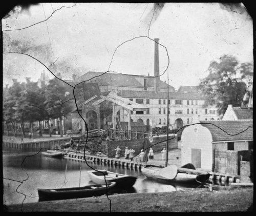 Gezien vanaf het voormalige bolwerk Midden: Zoutkeetsgracht 1-7,Maatschappij De Atlas, fabriek van Stoom- en andere Werktuigen en brug nr. 317.Links: Zandhoek 1861