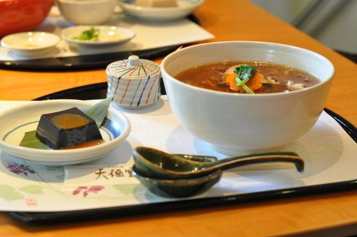吉野うどんセットも人気!とろとろの葛あんかけで身体が温まりそうな一品です。セットの黒ゴマ豆腐も美味しい☆
