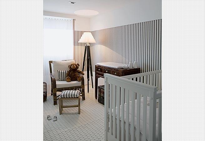 O quarto de bebê explora o desenho de listras horizontais, nas cores branco e azul, feito de tecido náutico