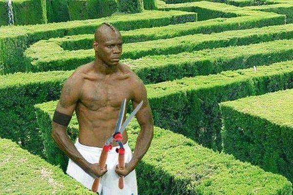 Mario Balotelli strzyże krzaki • Śmieszne memy w piłce nożnej • Mario Balotelli ogrodnikiem z wielkimi nożycami • Wejdź i zobacz >>